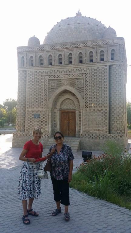 """Heidi und Bella vor dem ältesten Gebäude der Stadt """"Ismail Samoniy Moschee"""""""