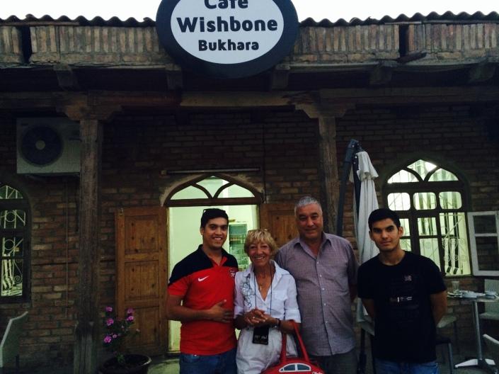 Freunde vor dem Wishbone Kaffee