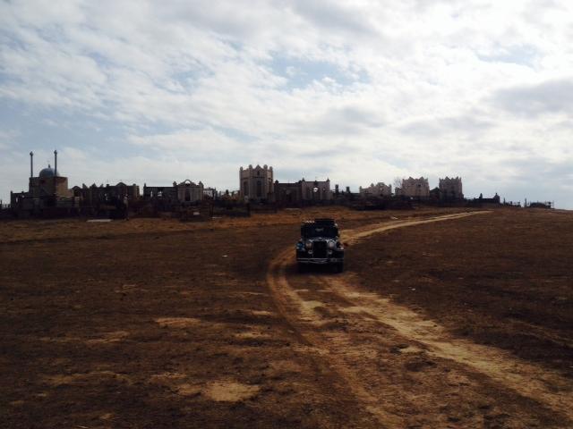 Von der Straße aus sehe ich einen alten Friedhof. Da muß ich hoch. Mal von der Straße ab.