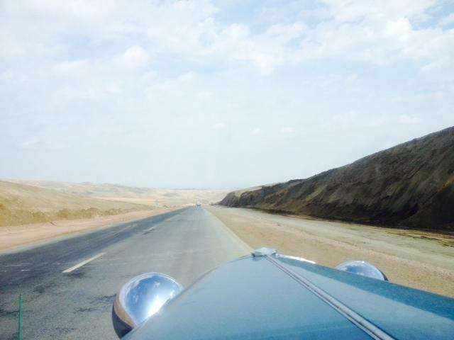 Die super Straße nach Almaty zieht sich hoch, sodaß es in meinen Ohren knackt.Hudo sagt auch einmal Puff, das heißt, ich bin 84 Jahre alt.