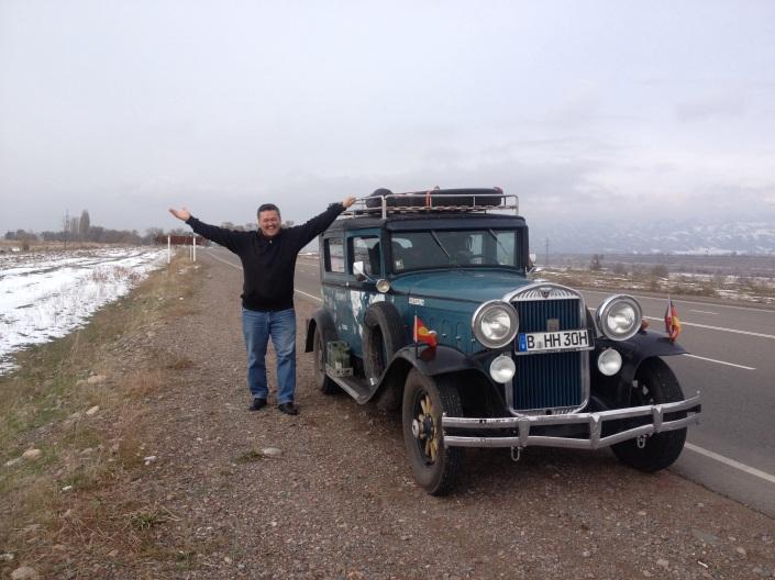 Asis, mein Beifahrer hat sich Urlaub genommen  und freut sich  auf die Strecke und die Berge und den lake