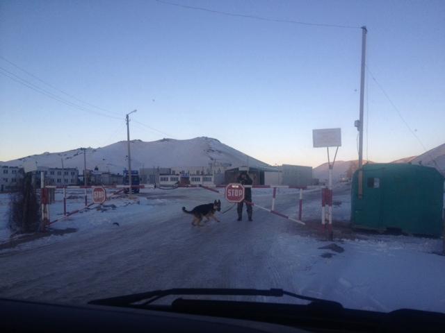 Die Grenze ist geschloßen.Hudo wird abgeladen. Morgen früh um 9 Uhr wird wieder geöffnet