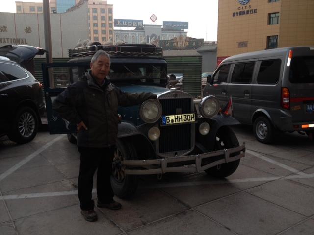 Der Torugart Pass ist bezwungen und am nächsten Tag ist auch das Handy wieder aufgetaut. Mr. Wang, mein Guide für die nächsten  4 Wochen hat mich abgeholt und wir sind 160 km schnell nach Kashgar gefahren, denn das muß man schaffen zum Zoll an demselben Tag. Mr. Wang ist seit 30 Jahren Reiseführer und hat sehr viel Erfahrung und ist auch noch sympatisch.