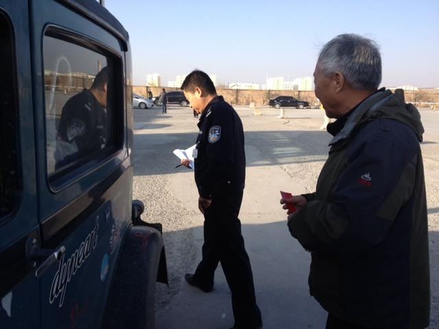 Die Kontrollen laufen problemlos und schnell ab. Da hat China Tours, Hamburg einen guten Job gemacht und einen Mann mit Erfahrung als Partner. Er ist aus Urumqi.