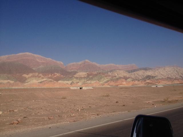 Auf dem Weg nach Aksu geht das Tja nshan Gebirge auf der linken Seite weiter, 1400km ist es in China und 800 Km in Kirgistan lang.rechts ist die Eisenbahn und dahinter die Wüste Gobi.