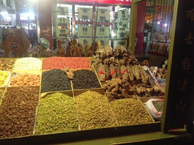 Über die Märkte bummeln, kann ich jeden Abend und unterschiedliche getrocknete Früchte kosten