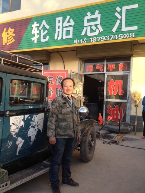Damit Hudo auch was von dem Tag hat, bin ich mal wieder mit ihm in eine Werkstatt. Zum ersten Mal auf Chinesisch. Ölwechsel, abschmieren, die abgebrochenen Standarten und den Reservereifenhalter schweißen. Die Chinesen machen aber nichts kostenlos, wie in Kasastan.
