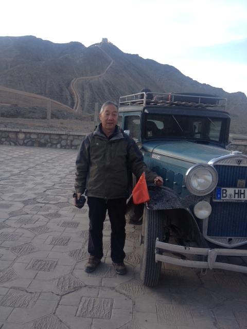 Mr. Wang war schon 100 X hier und will nicht mit hoch. Auf diesem Parkplatz hat er früher immer mit seinen Gruppen gezeltet.