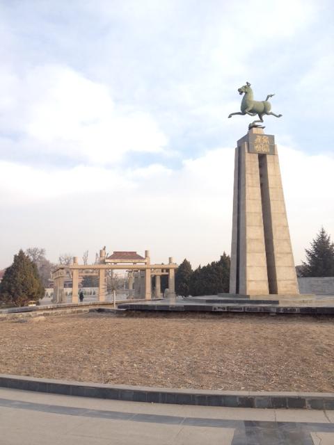 Jede Touristenstadt hat das Wahrzeichen mit dem fliegenden Pferd. Der eine Fuß steht auf einem Vogel. Die Beine laufen nicht überkreuzt, sondern beide Beine rechts oder links gleichzeitig.