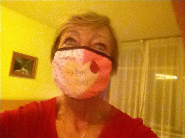Auf dem Nachhauseweg habe ich mir einen Mundschutz gekauft, nur so zum Spaß und man möchte ja auch IN sein.