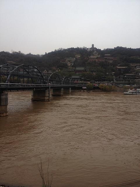 Der Yellow River und die Altstadt von LanzHou und die Altstadt dahinter