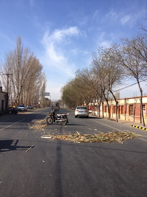 So wird ein Unfall in China auf dem Lande abgesichert, alle fahren drumrum, wer weiß wann die Polizei kommt.