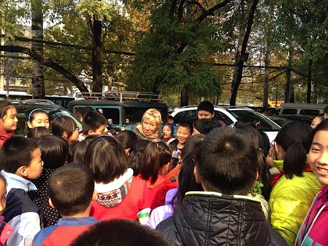 Hudo kommt wieder auf den Hotel Parkplatz in dem Mr. Wang wohnt. Ich mußte schon zum 2. X in ein etwas teureres gehen , weil man an Ausländer (alle Ausländer ) nicht vermieten darf. Ich nehme an, damit wir mehr Geld ausgeben, ist das so angewiesen.Eine Schulklasse kommt gerade vorbei und ist total begeistert.