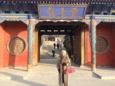 Heute am Samstag ist unser Totensonntag und im Tempel in Lanzhou werden Räucherkerzen angezündet und Falschgeld verbrannt. Ich habe eine Kerze für Otto Ziege,den Radrennfahrer angezündet. Ich hatte bei meiner Abfahrt befürchtet, daß ich ihn nicht mehr wiedersehen werde. Nun ist es leider so gekommen.