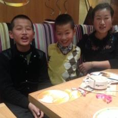 Am Nachbartisch eine sehr freundliche Familie, die mal über den Chinesischen Tellerrand gucken wollen.