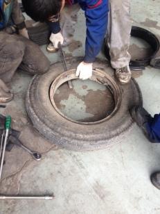 Es ist eine schwierige Montage, da die Felgen von den Reifen mit einem ganz blöden Verschluß müssen