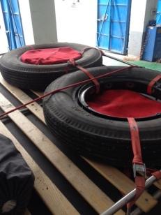 Alles ordentlich verpackt und in die zerschnittene Decke gewickelt. Jetzt müßte mit Firma MOR, Valentin Schaal nur noch sagen, ob ich die Nägel wieder aus den super guten Exclusive Reifen ziehen kann, oder nimmt der Reifen dann Schäden.