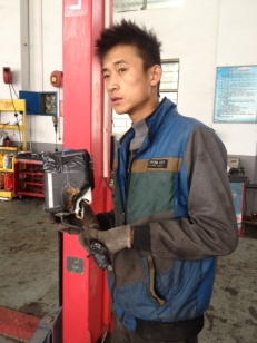 Der Behälter für die Scheibenwaschanlage ist auf schlechten Straße von Torugart nach Kashgar abgeflogen und am Motorblock geschmolzen.