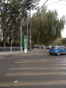 Hochmodern auch für die Fußgänger. Es wird angezeigt , wielange man noch über die Straße gehen darf. Hier z.B. Hier noch 22 Sekunden