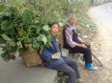 Einfach freundlich, die beiden Frauen, die auf dem Feld arbeiten, aber mit goldenen Ohrringen.