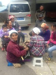 Überall sitzt man im Kreis und wärmt sich an den brennenden alten Maiskolben. Die Kinder sehen mich oft ängstlich an, weil ich fremd aussehe.