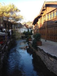 In Lijiang gibt es ein wunderbares 300 Jahre altes Dorf, von der UNESCO wird es Asian Dorf genannt, aber die Einheimischen Minderheitnen nennen es Naxi Dorf. Ich war zwei Tage morgens um 7 Uhr dort. Da sind die Läden noch nicht geöffnet und es ist still. Dann kommen die ganzen Cihinesischen Touristen und rollen mit ihren Koffern über das alte Pflaster. Es soll demnächst verboten werden mit den Rollen den Krach zu verursachen.