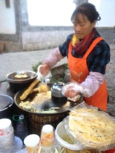 Mein Lieblingsfrühstück. Mr. Wang isst warme Suppe und warmen Salat