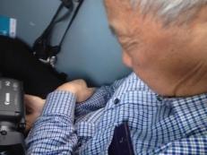 Mr. Wang hat die Kamera fest im Griff und macht mal wieder ein kleines Nickerchen