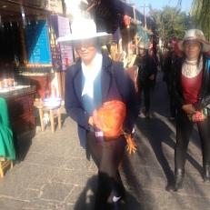 Die Frauen tragen alle Hüte wegen der Sonne und sie wollen doch nicht schwarz werden. Es ist jetzt Winter und 6 °C ist kalt.