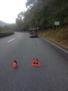 Hier ist das Unglück passiert. Ein Deckel ist an der Ölpumpe abgeflogen. 50 km abschleppen lassen, aber man muß einen Abschleppwagen besorgen. Auf dem Highway darf man nicht mit einem Seil abschleppen.