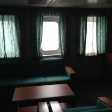 Wohnzimmer, das mittlere Fenster kann man öffnen.