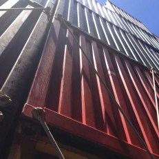 Dann habe ich Hudo besucht und bemerkt, daß er rückwärts fährt. Er wohnt in dem roten Container von Hamburg Süd.