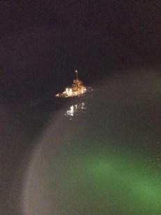 Pilotenschiff bei Nacht mit unserem Scheinwerfer