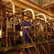 Heidi in ihrem Element, im Maschinenraum. Welch ein Glück, daß John Rüdiger Sothmann, Chief Engineer, aus Hamburg ist und mir alles auf Deutsch erklären kann.