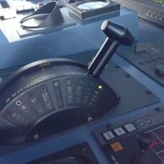 Diesen Hebel kenne ich noch von unserem Motorboot, natürlich immer auf FULL (Hebel on the table)